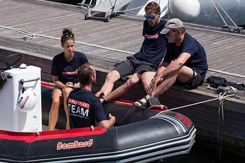 Crewmitglieder in einem Schlauchboot am Hafen