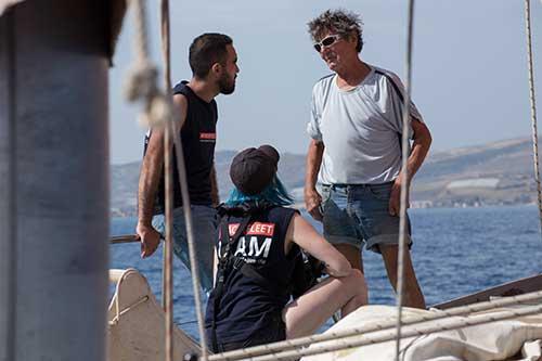 Crewmitglieder besprechen sich auf der Yacht
