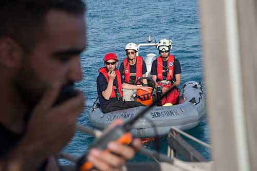 Crewmitglieder üben den Umgang mit den Rhib-Booten