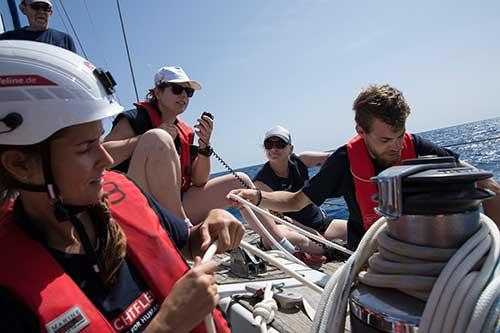 Crewmitglieder fahren auf einem kleinen Boot hinaus